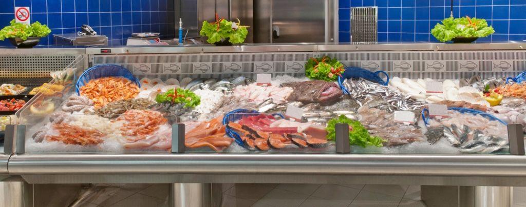 Abre un negocio con su padre en el mercado de productos pesqueros